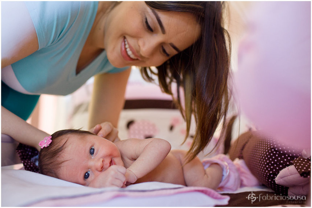 mamãe acariciando a filhota bebe