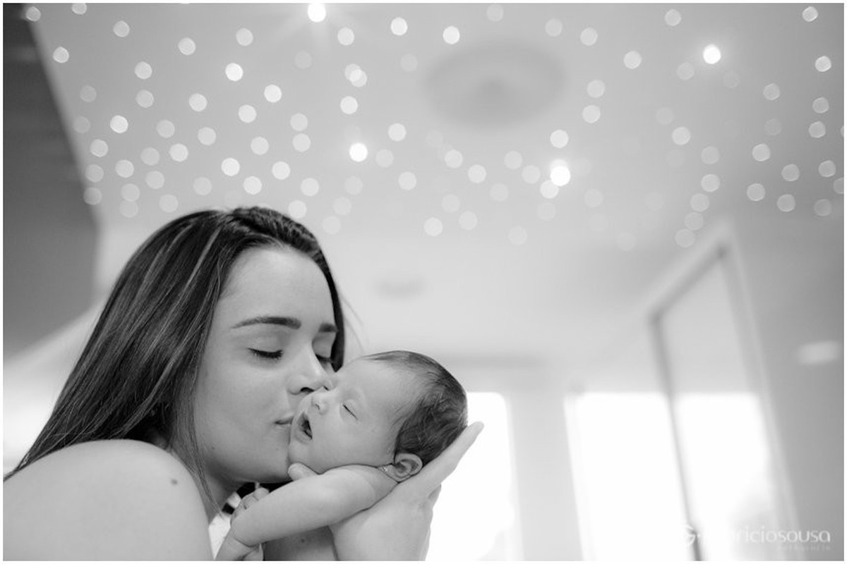 chamego da mãe no bebe recem-nascido black and white