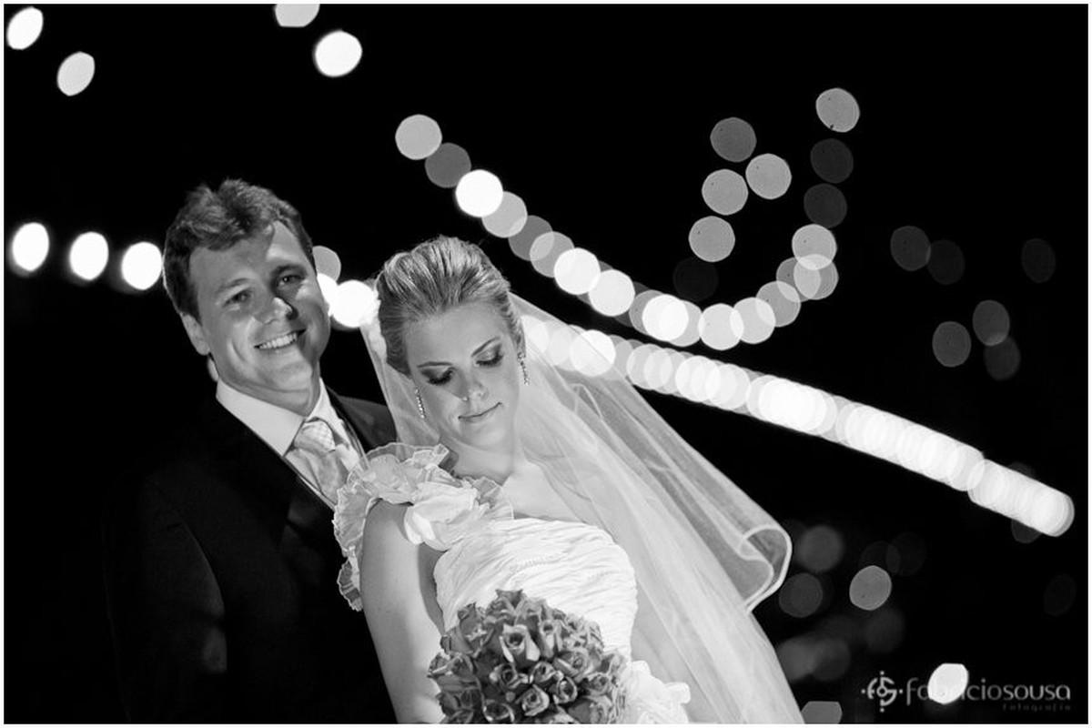 retrato tradicional dos noivos na frente da ponte hercilio luz