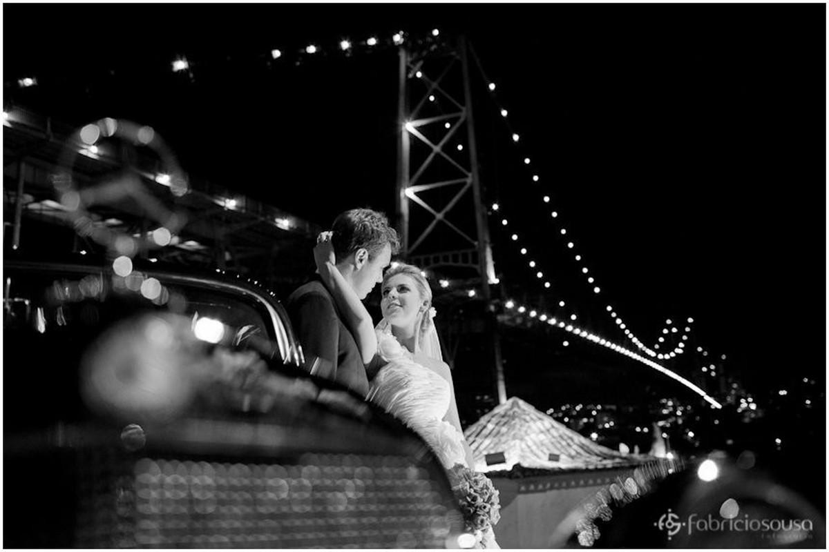 retrato dos noivos com carro antigo na frente da ponte Hercilio Luz