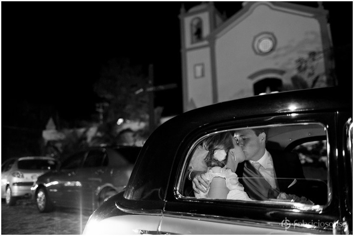 beijo de casados dentro do carro na saída da cerimonia do casamento na igreja da Lagoa