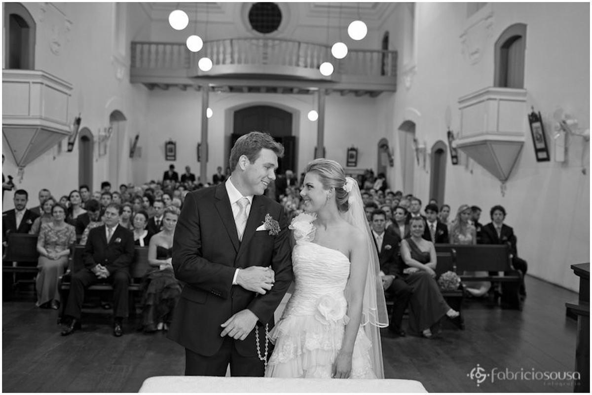 troca de olhares dos noivos no altar
