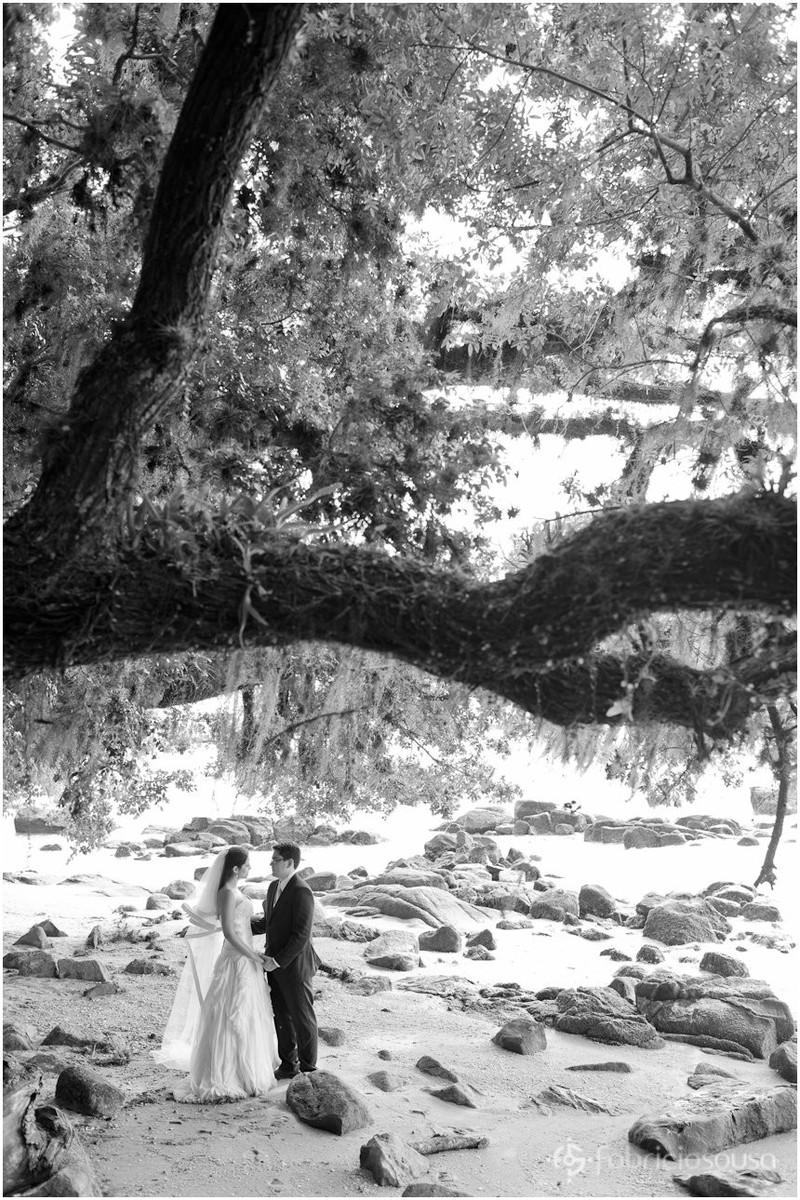 noivos na praia de Sambaqui em Floripa