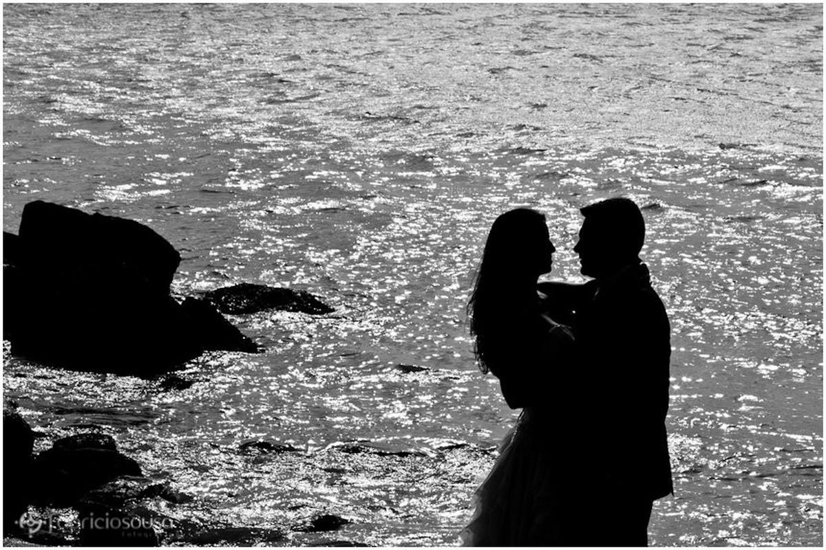 silhueta do casal na praia de sambaqui