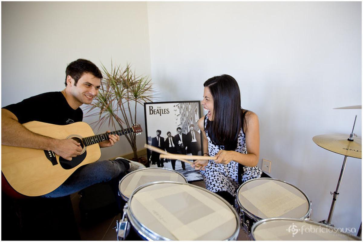 casal rock and roll noiva tocando bateria e noivo no violão com beatles