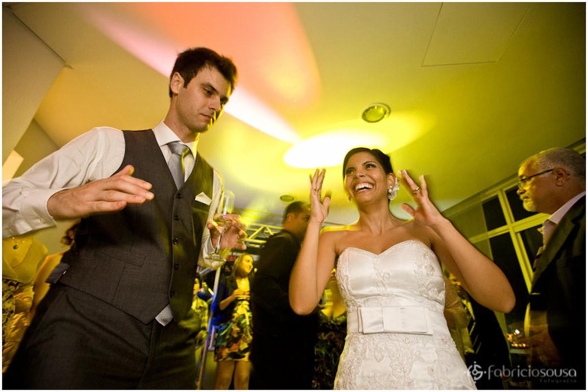 noivos Carol e Thomas curtindo muito na pista de dança