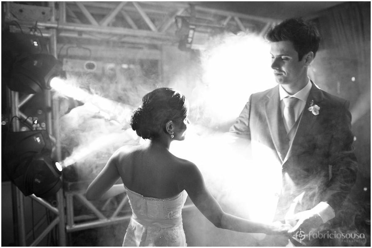 casamento Carol e Thomas em contraluz com bastante fumaça