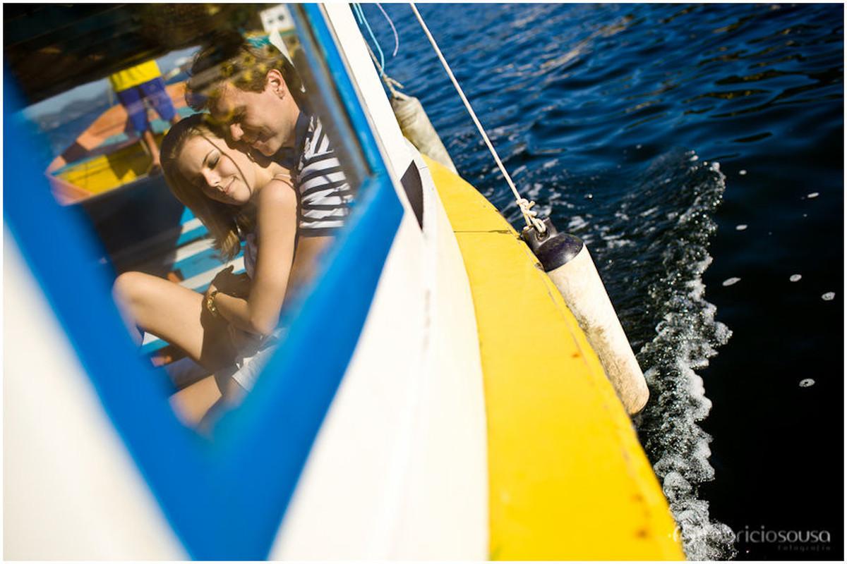 chamego do casal no barco a caminho da Costa da Lagoa da Conceição em Floripa