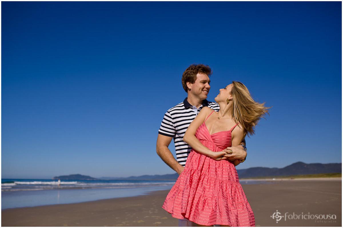 casal em ensaio fotográfico ao amanhecer na praia