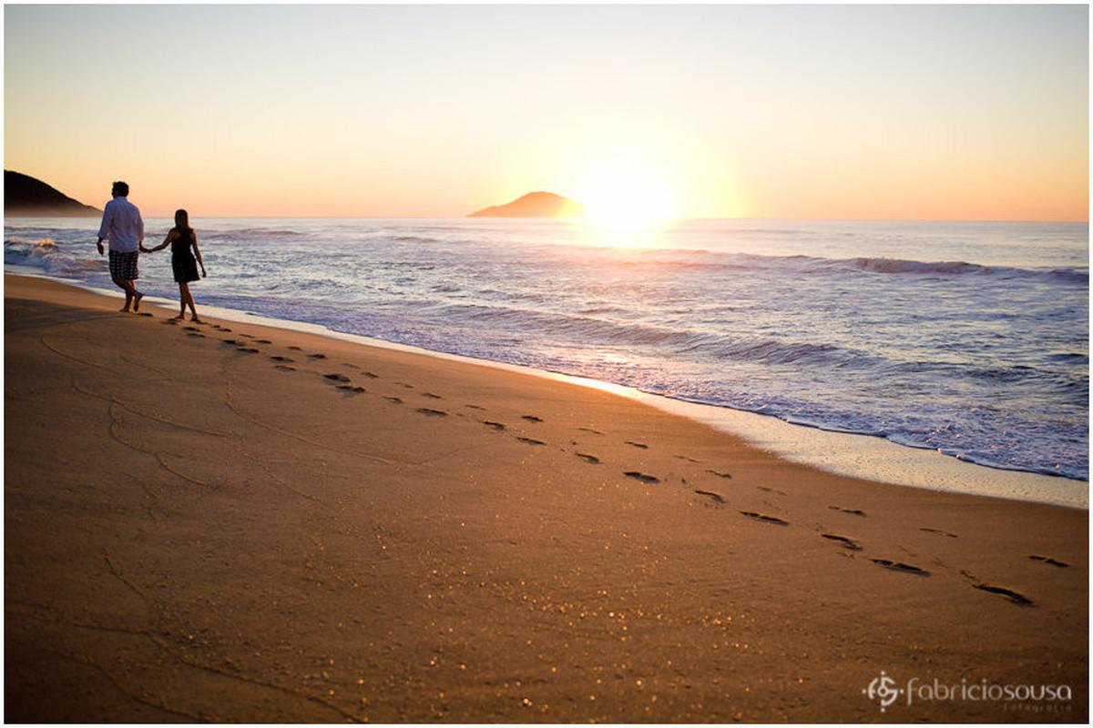 noivos caminhando na praia durante o amanhecer - Moçambique em Florianópolis