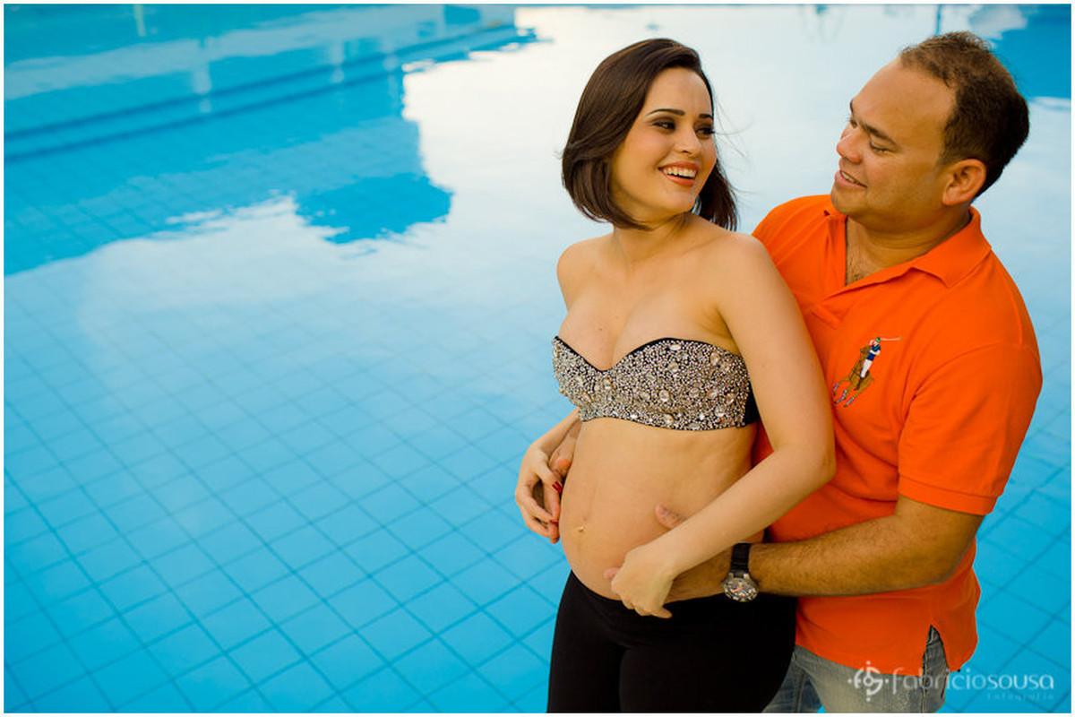 casal gestante Manuella, Franck na beira da piscina