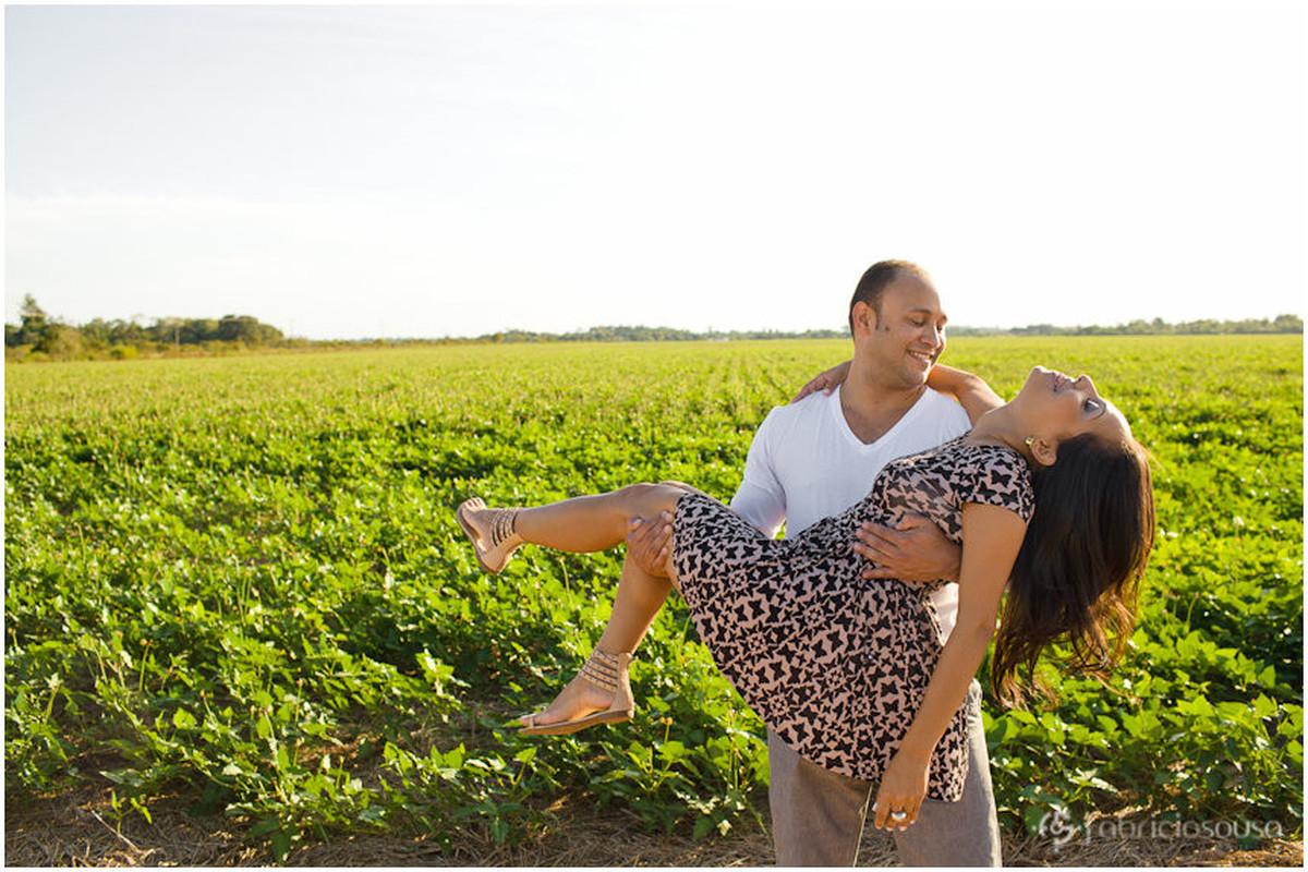 noivo carrega noiva em ensaio pre-wedding numa plantação