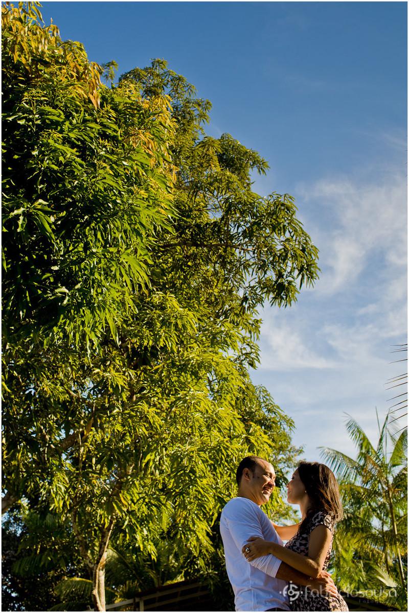 casal em ensaio na Amazonia com mangueira de fundo