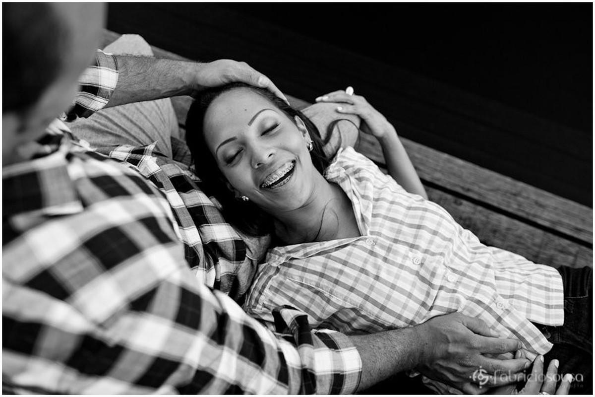 noiva relaxa no colo do noivo em ensaio fotográfico