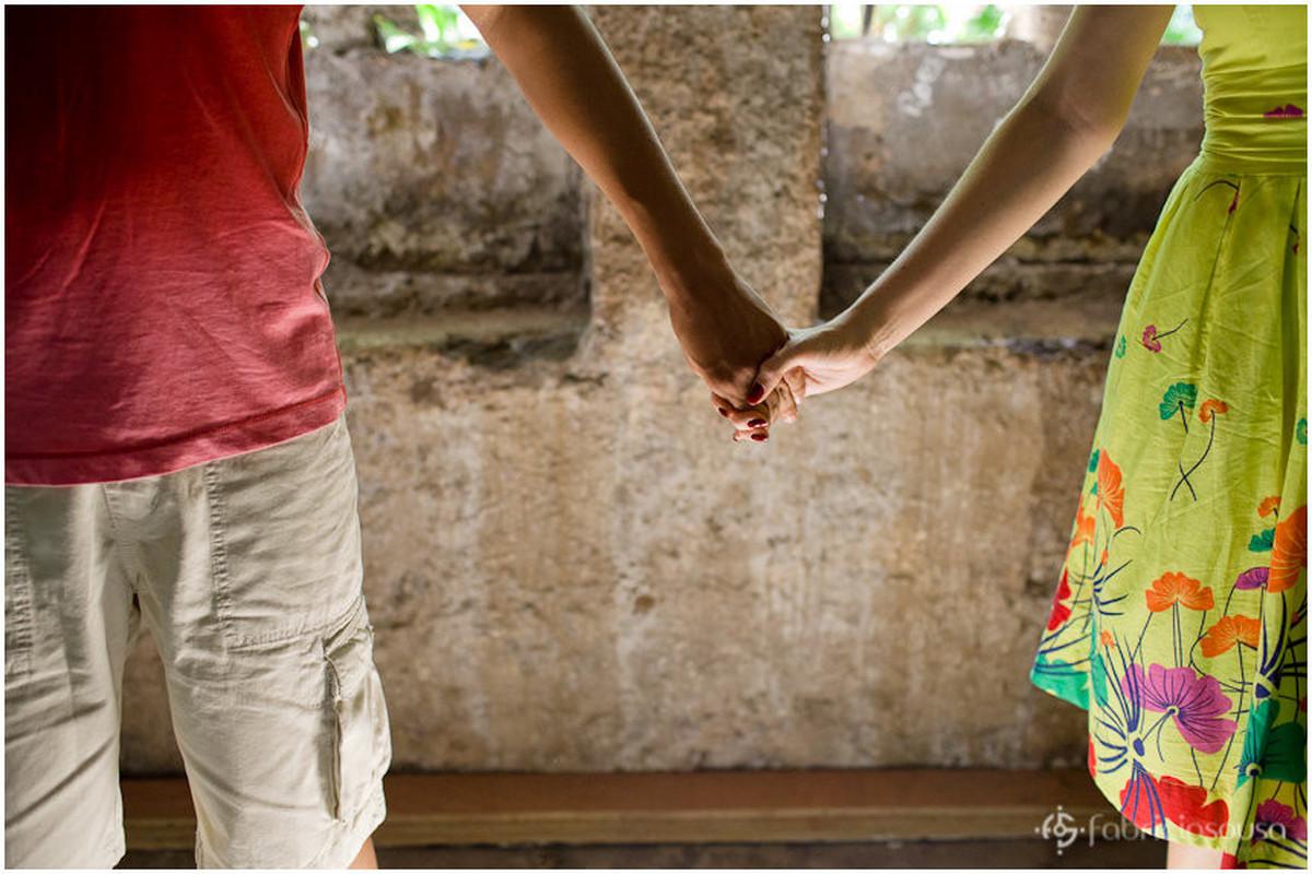 detalhes das mãos do casal no ensaio pre-wedding
