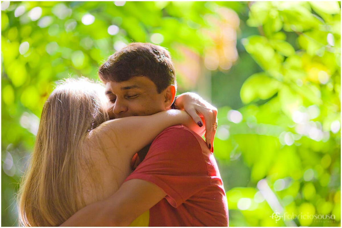o abraço apertado no meio da floresta