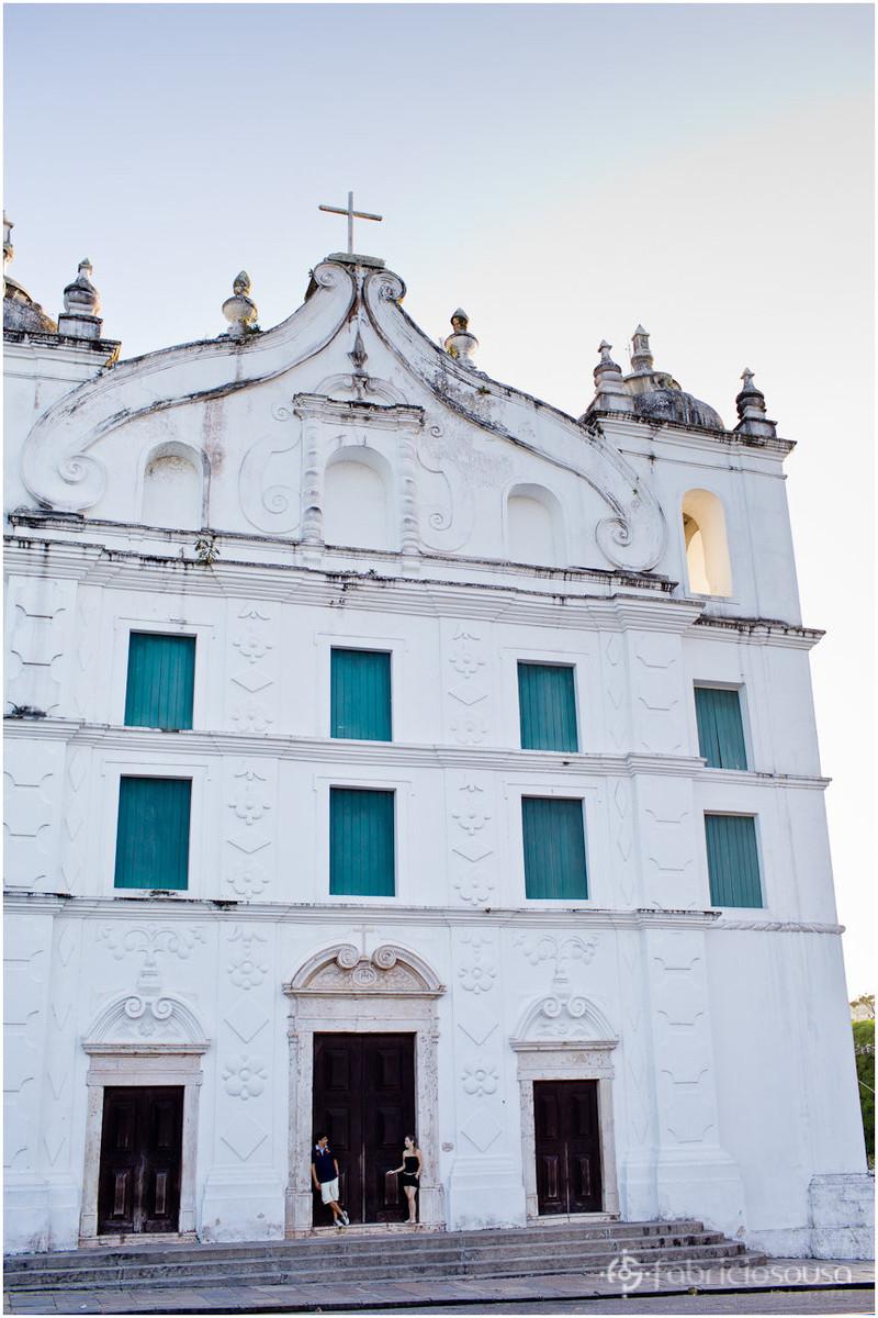 a bela fachada da igreja de santo alexandre e o casal