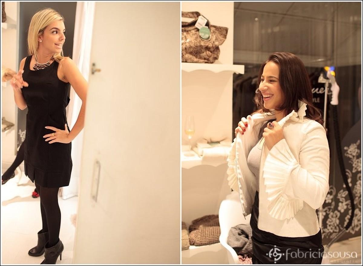Montagem com duas parceiras conferindo o look em frente ao espelho da loja