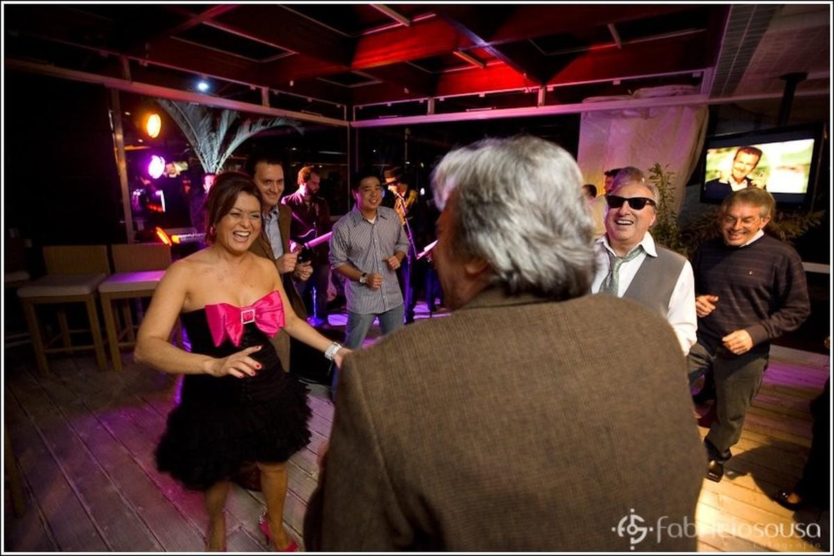 Aniversariante dança entre amigos