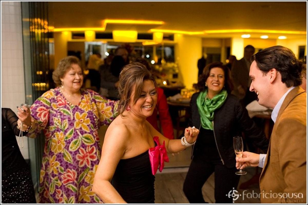 Kazue dançando entre os convidados
