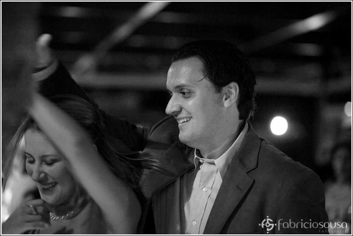 Mulher e homem se divertindo na pista de dança