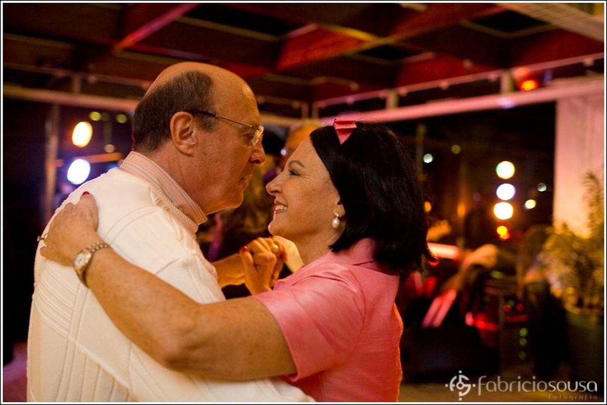 Homem e mulher dançam na pista de dança