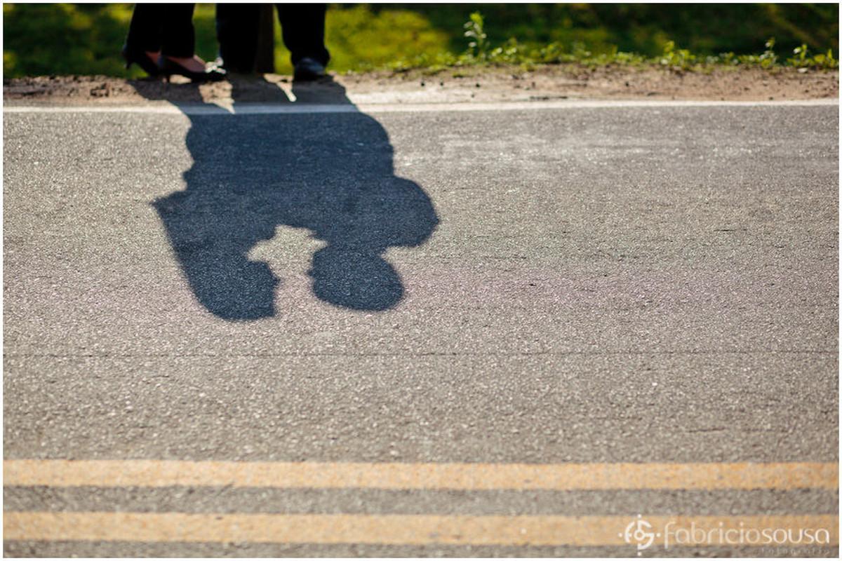 Detalhe da sombra do casal de namorados abraçado no asfalto da rodovia