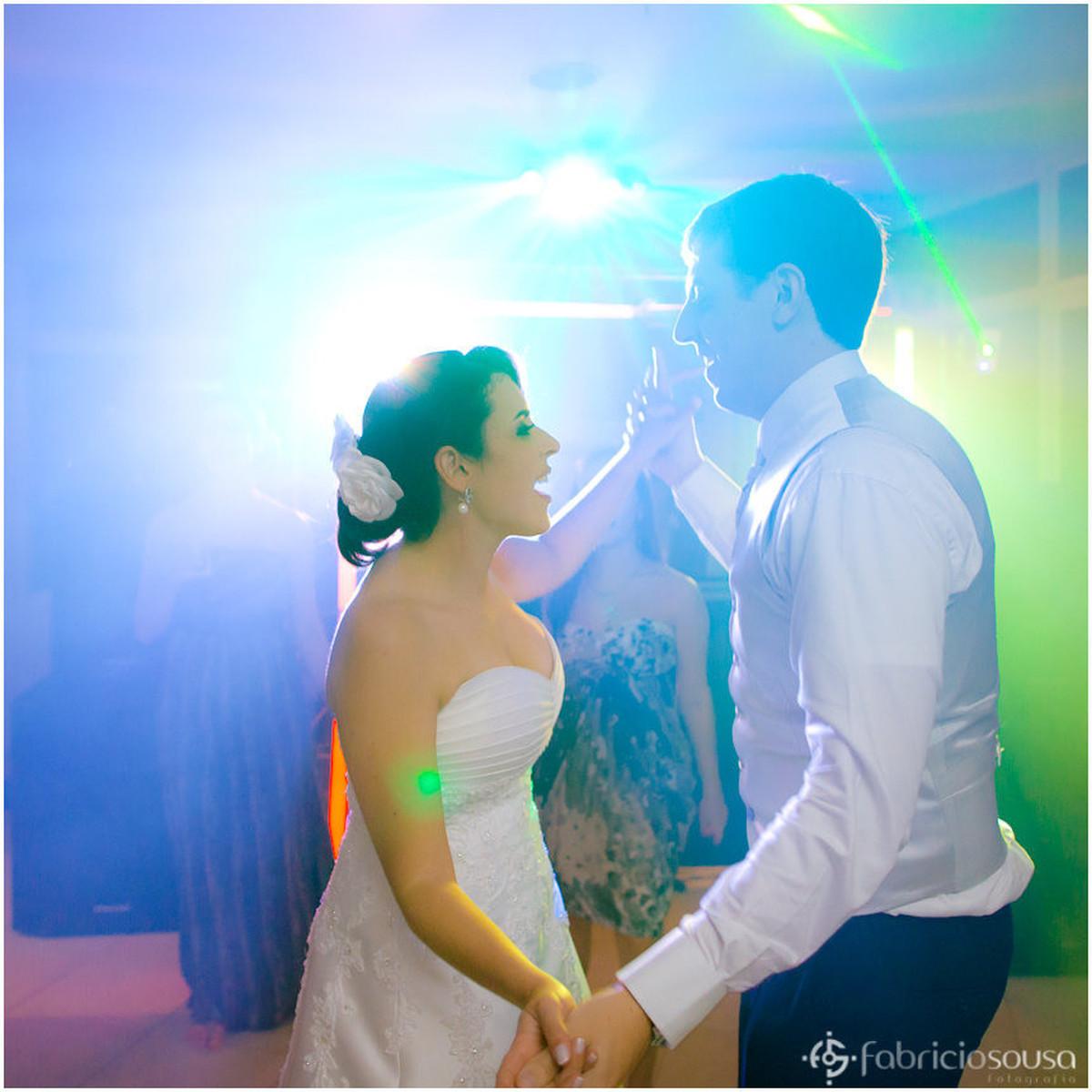Gabriela e Derick dançam de mãos dadas na pista de dança da festa