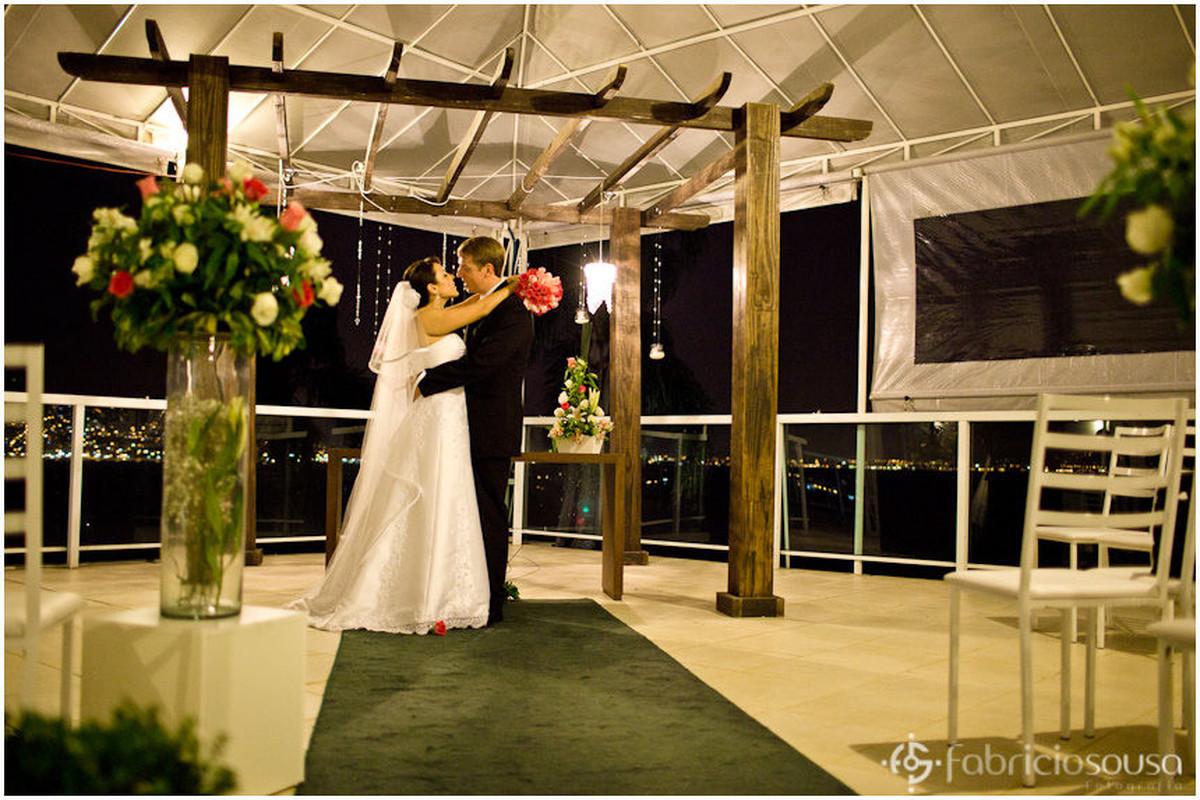 Casal de noivos se beijam após troca de alianças
