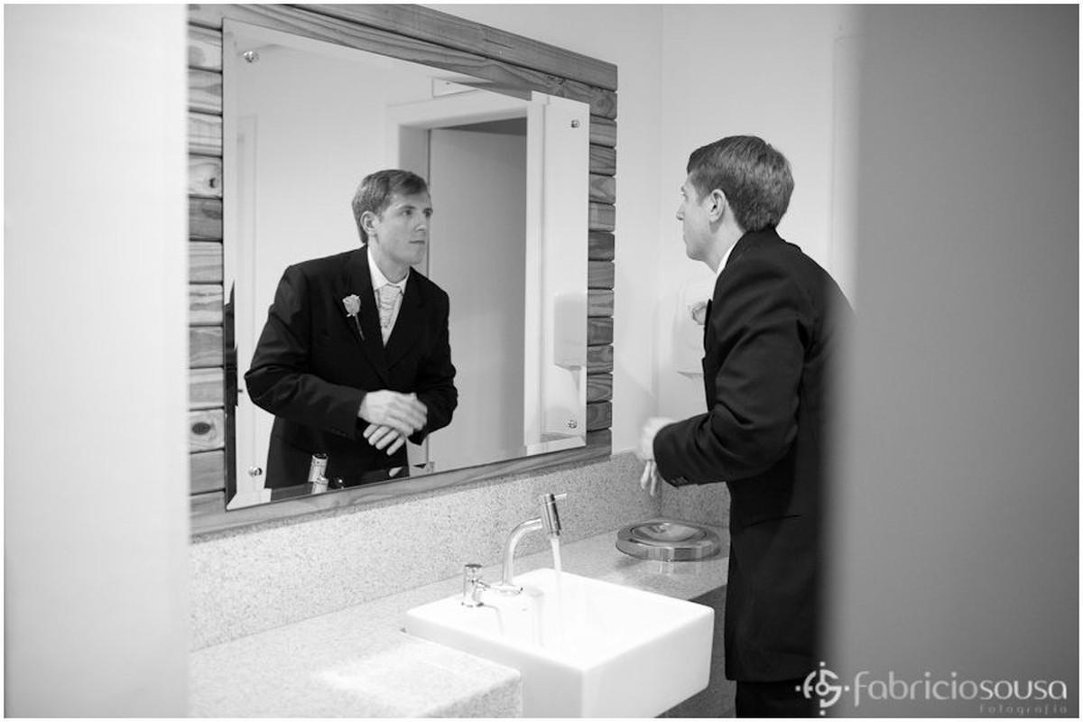 Derick se veste para o casamento em frente ao espelho p
