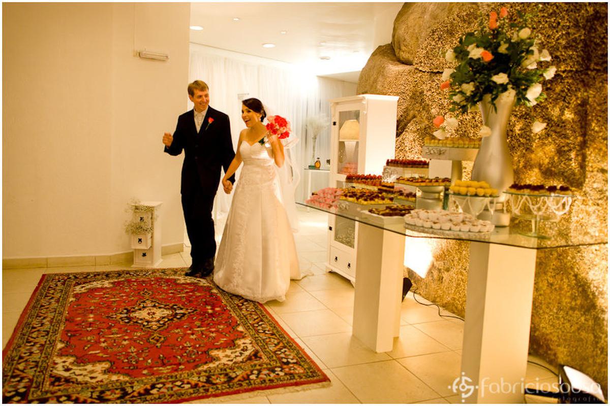 Casal de recém-casados chega para festa e mesa de doces