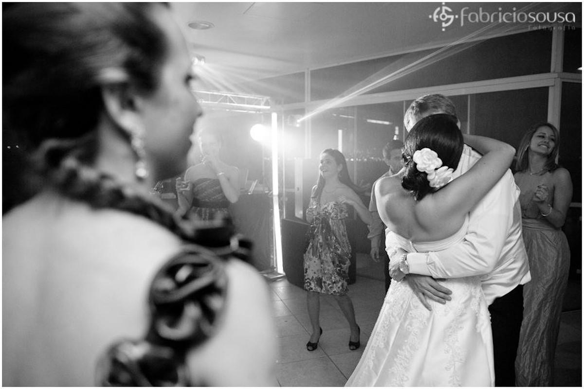 Casal de namorados recém casados se beija na pista de dança