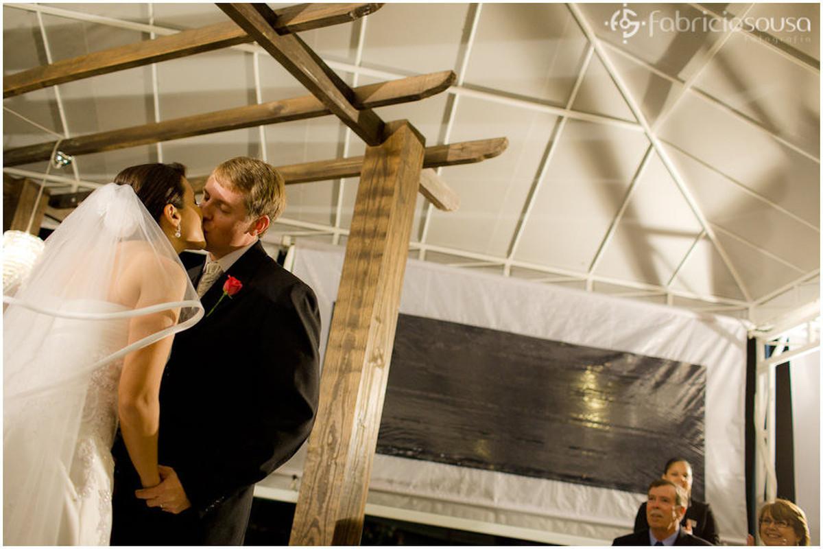 Marido e mulher se beijam