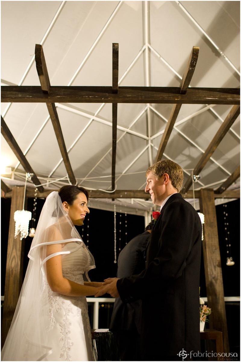 Noiva e noivo se olham durante celebração do matrimônio