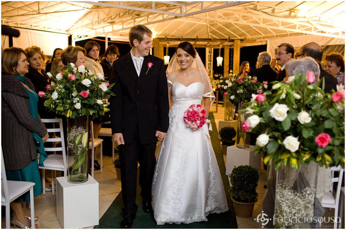 Recém casados caminham pelo tapete da cerimônia