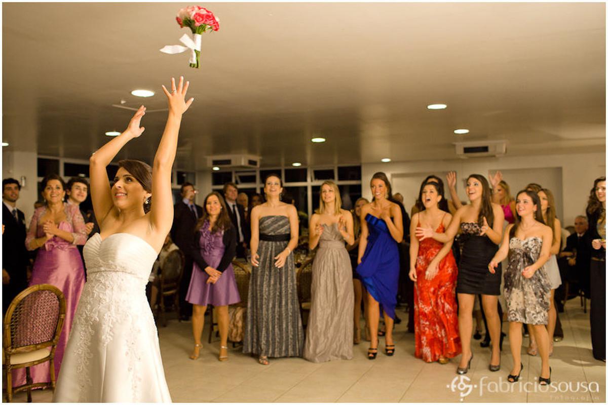 Noiva joga o bouquet buquê para as convidadas