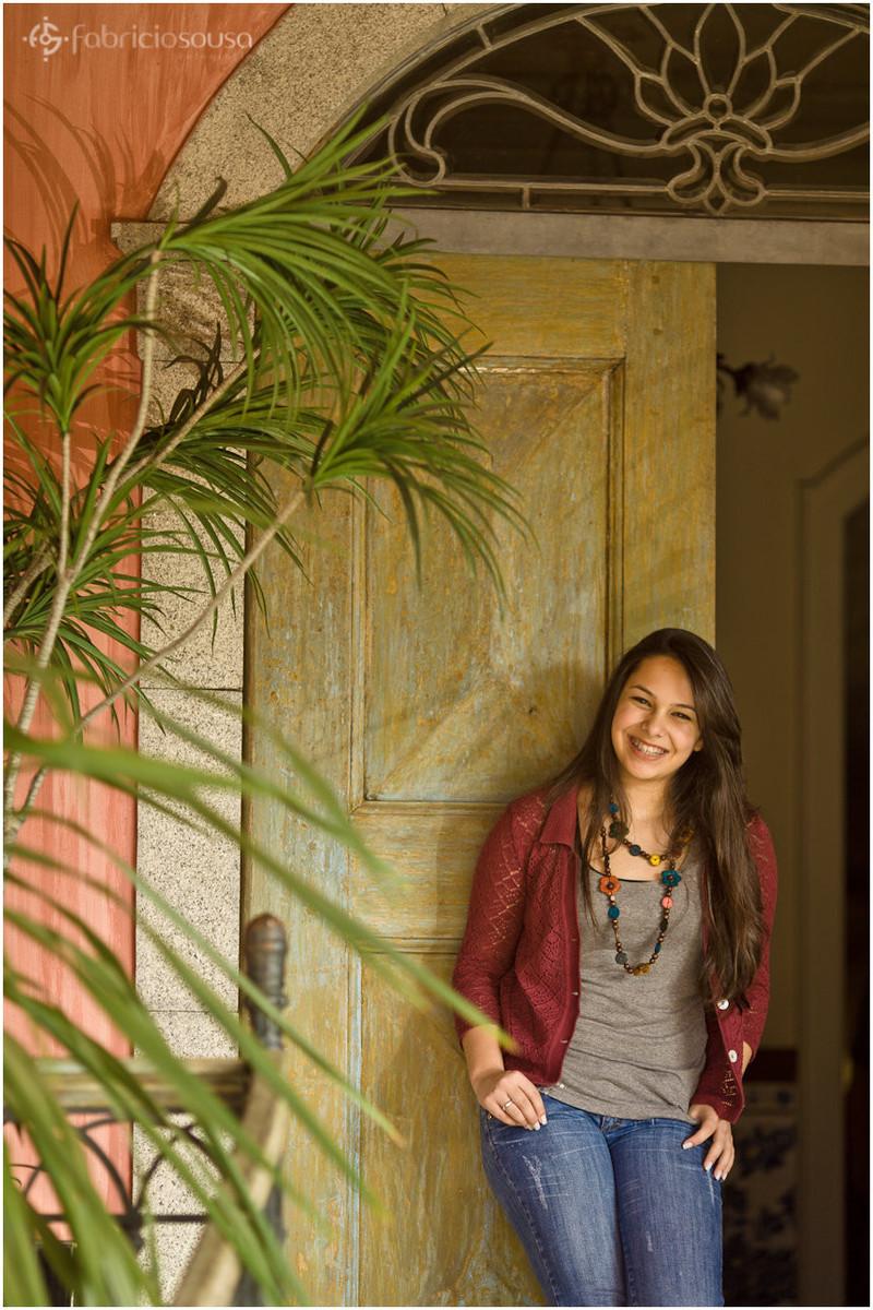 Menina sorri em frente a porta