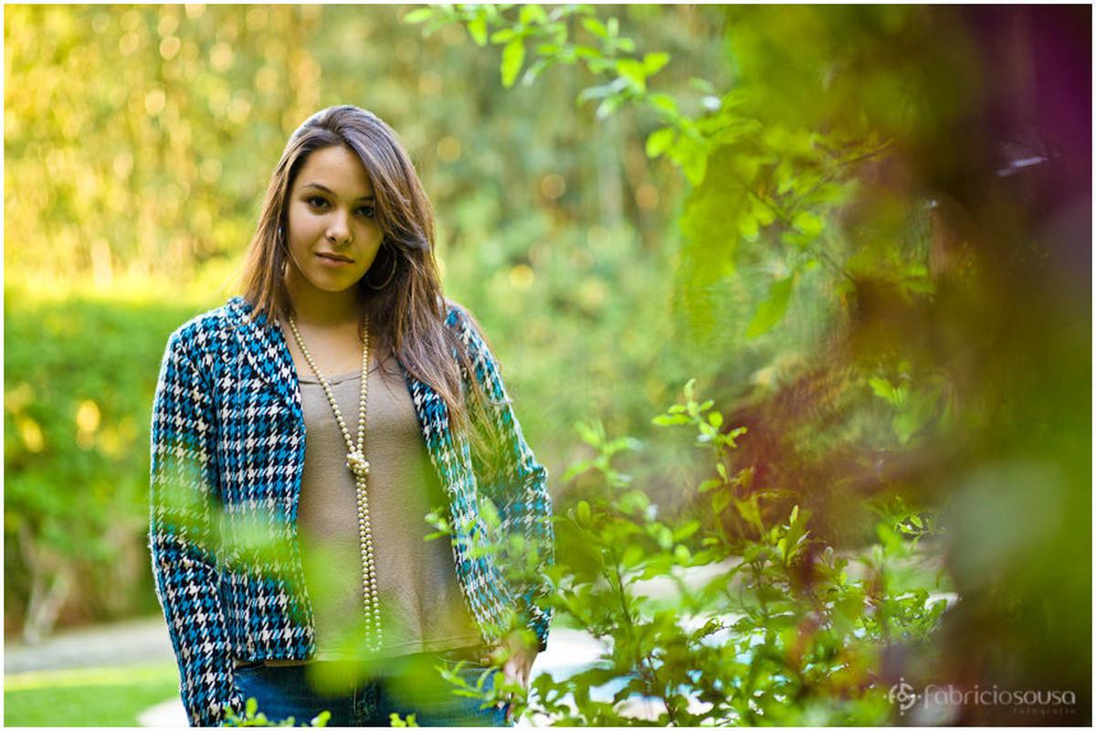 Helena posa em meio a vegetação verde