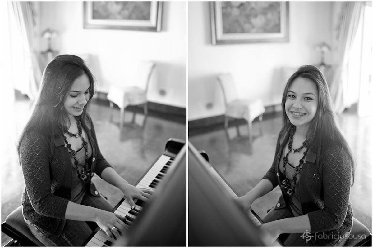 Montagem de duas fotos da debutante tocando piano p