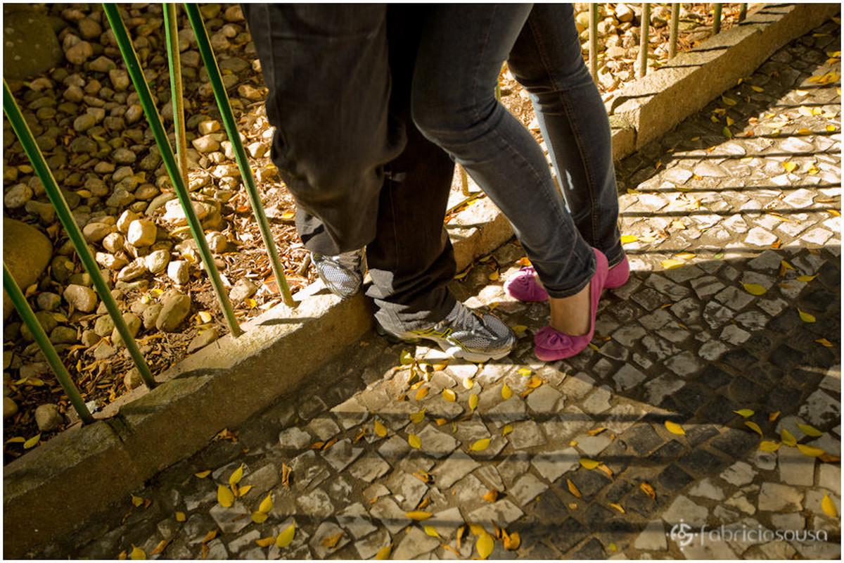 Detalhe das pernas do casal de namorados na praça