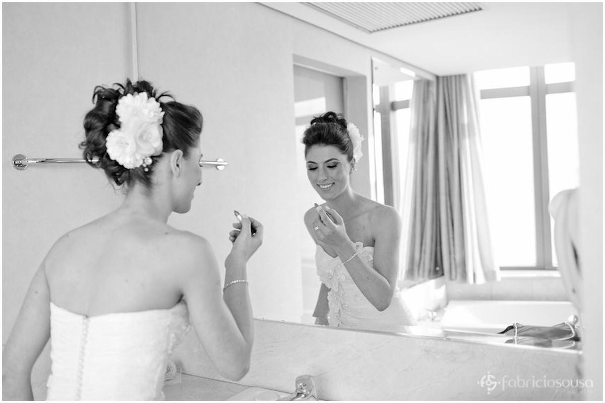 Noiva se arruma de frente para espelho p