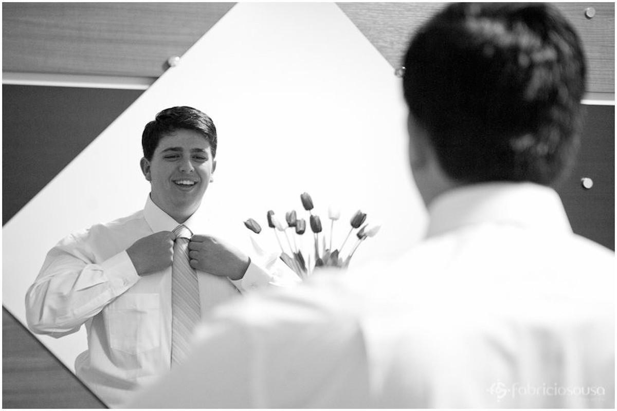 Filipy arruma a gravata no espelho