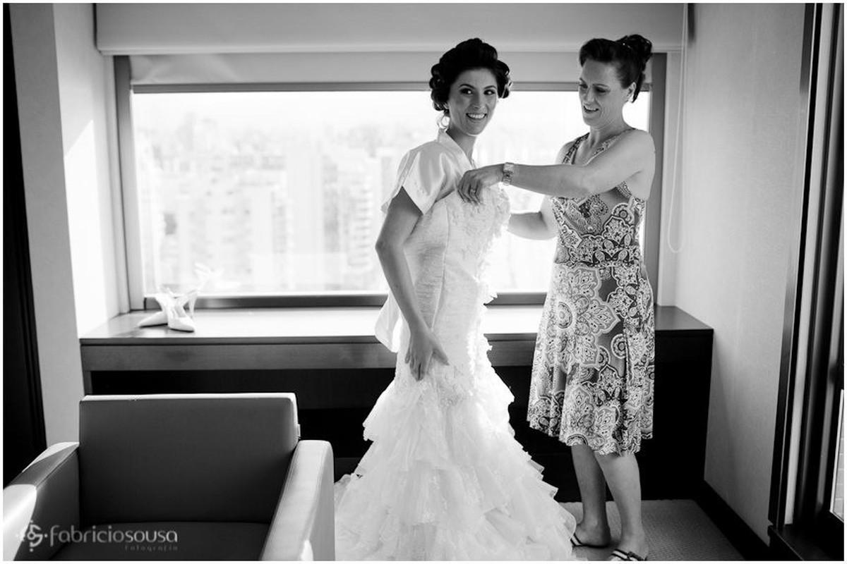 Noiva recebe ajuda para entrar no vestido b