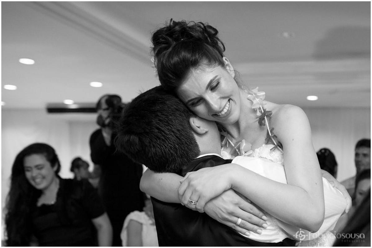 Marido ergue a noiva muito feliz do chão