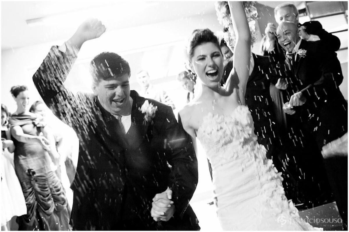 Chuva de arroz nos noivos recém casados