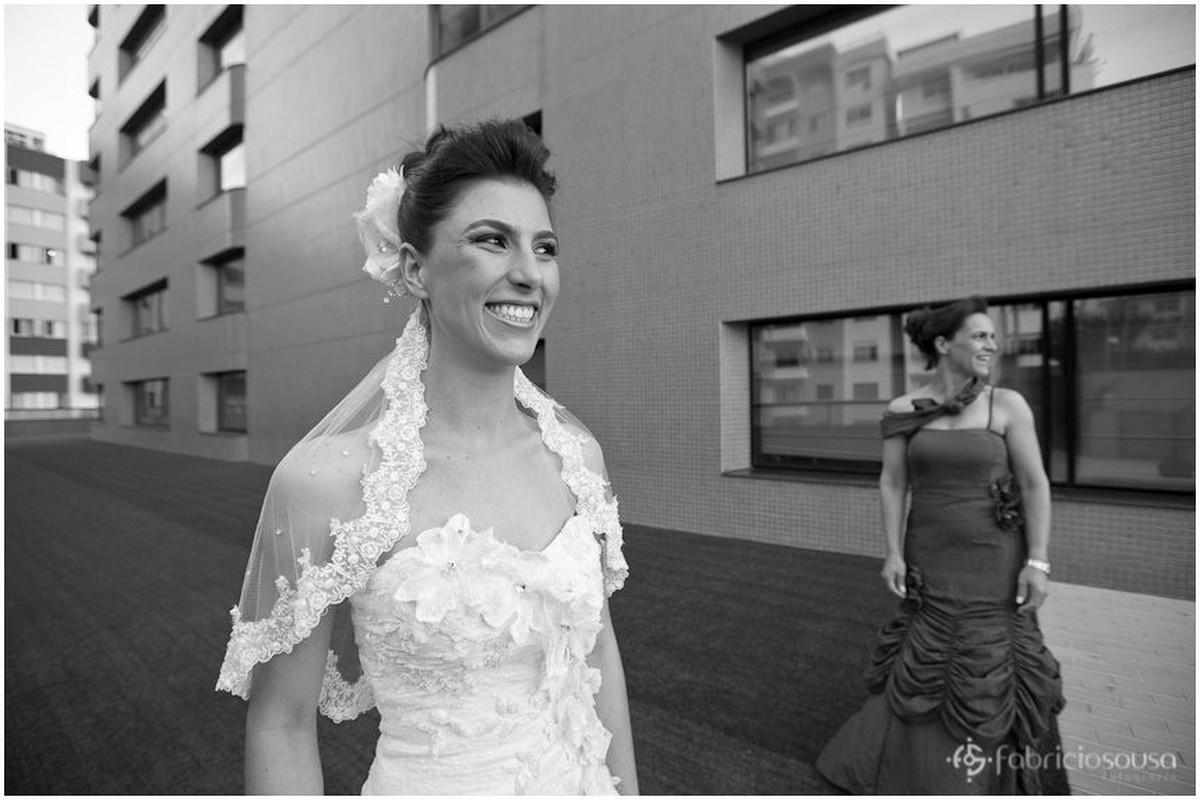 Leidiane sorri para foto ao sair do hotel