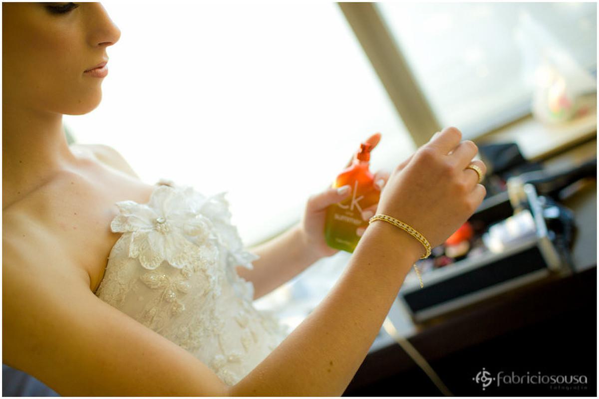 Detalhe da noiva passando perfume