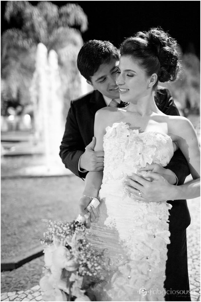 Noivo abraça noiva em ensaio fotográfico
