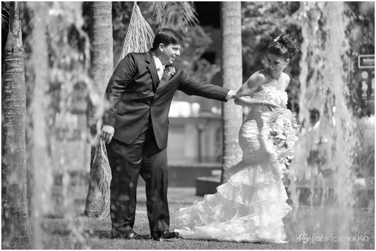 Ensaio na praça com os noivos recém casados
