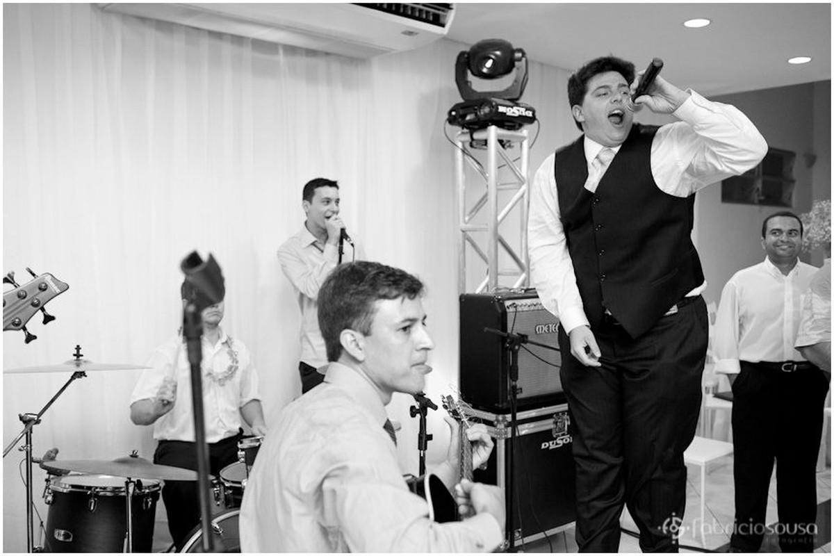 Filipy canta muito animado junto à banda